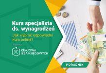 Specjalista ds. wynagrodzeń przekazuje wypłatę pracownikowi